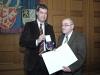 Bild vergrößert sich per Mausklick: Staatsminister Dr. Markus Söder (li.) zusammen mit Herrn Horst Theuer (re.)