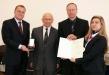 Bild vergrößert sich per Mausklick: Oberbürgermeister Andreas Starke (l.) der Vater von Frau Sturm-Heidler, Lothar Sturm (2.v.l.), der Ehemann Dietmar Heidler (2.v.r.), Staatssekretärin Melanie Huml