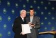 Bild vergrößert sich per Mausklick: Staatsminister Dr. Markus Söder überreicht Herrn Dr. Wolf von Römer das Bundesverdienstkreuz.
