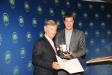 Bild vergrößert sich per Mausklick: Staatsminister Dr. Markus Söder überreicht Herrn Dr. Berndt Birkner das Bundesverdienstkreuz.