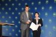 Bild vergrößert sich per Mausklick: Staatsminister Dr. Markus Söder überreicht Frau Dr. Elisabeth Raith-Paula das Bundesverdienstkreuz.