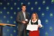 Bild vergrößert sich per Mausklick: Staatsminister Dr. Markus Söder überreicht Frau Theresia Lödermann das Bundesverdienstkreuz.