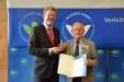Bild vergrößert sich per Mausklick: Peter Waigand und Staatsminister Dr. Marcel Huber