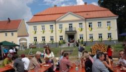 Prächtig herausgeputzt in den Farben gelb-grün des Lindberger Gemeindewappens präsentierte sich Schloss Ludwigsthal bei der Eröffnungsfeier am Wochenende.