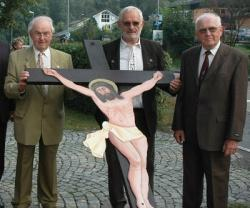 Das alte Hüttenkreuz wurde von den ehemaligen Glasmachern Erich Straub, Richard Seidl und Karl Bredl zum Schloss getragen.