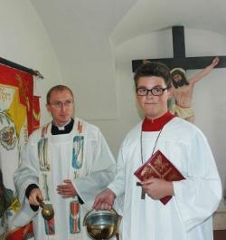 Den Segen Gottes für das alte Kreuz, das ganze Schloss und für alle, die es je betreten werden, erbat Kaplan Matthias Grillhösl (li.).
