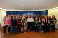 Umweltministerin Ulrike Scharf übergibt einen Förderscheck an die Evangelische Jugendsozialarbeit Bayern e.V. (ejsa). Mit dem Geld sollen Umweltbildungsprojekte für benachteiligte Jugendliche gefördert werden.