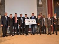 Der Bayerische Umweltminister Dr. Marcel Huber hat heute den Startschuss für den neunen Nano-Projektverbund in Bayern gegeben. Im Rahmen des Projektverbunds werden 10 Einzelforschungsprojekte an 10 bayerischen Universitäten mit insgesamt etwa 3 Millionen Euro vom Freistaat gefördert. Es handelt sich dabei vor allem um Projekte aus den Bereichen Ressourcen- und Klima-schutz sowie Energiesparen.