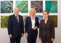 Die Bayerische Verbraucherschutzministerin Ulrike Scharf hat heute die neue Verbraucherkommission Bayern vorgestellt. Sie besteht aus 14 ehrenamtlichen Mitgliedern aus Wirtschaft, Wissenschaft und Verbraucherverbänden. Foto: Prof. Gottwald (links, Vorsitzender der Kommission) Prof. Jaquemoth (rechts, stellv. Vorsitzende der Kommission)