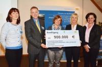 Die Bayerische Umweltministerin Ulrike Scharf gibt die Bewilligung in Höhe von 900.000 € für die Klimaforschung in Bayerns Seen