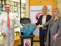 Alte Medikamente gehören in der Regel in den Restmüll. Darauf wiesen heute Umweltministerin Ulrike Scharf, Gesundheitsministerin Melanie Huml und Apotheker Josef Kammermeier hin.