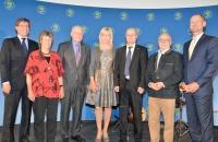Die Bayerische Umweltministerin Ulrike Scharf (Mitte) feierte gemeinsam mit rund 500 Gästen 20 Jahre Förderung der Umweltbildung in Bayern. Unter den Gästen waren auch der 1. Vorsitzender des LBV, Dr. Norbert Schäffer (3. v. r.), und der Ehrenvorsitzende des LBV, Ludwig Sothmann (3. v. l.).