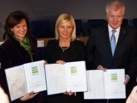 (v.r.n.l.) Ministerpräsident Horst Seehofer, Umweltministerin Ulrike Scharf und Wirtschaftsministerin Ilse Aigner unterzeichneten in München gemeinsam mit den Spitzen der Bayerischen Wirtschaft den fünften Umweltpakt Bayern.