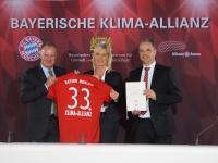 Der Vorstandsvorsitzende der FC Bayern München AG Karl-Heinz Rummenigge, die Bayerische Umweltministerin Ulrike Scharf und der Geschäftsführer der Allianz Arena München Stadion GmbH Jürgen Muth haben heute die Beitrittserklärung des FC Bayern zur Bayerischen Klima-Allianz unterzeichnet.