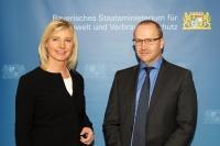 Die Bayerische Verbraucherschutzministerin Ulrike Scharf begrüßt die neue Vertrauensperson Lebensmittelsicherheit beim Landesamt für Gesundheit und Lebensmittelsicherheit, Dr. Reiner Faul.