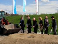 Umweltministerin Scharf beim Spatenstich zum Hochwasserschutzprojekt im oberfränkischen Michelau. Das Projekt ist eine der größten derzeit laufenden Hochwasserschutzmaßnahmen in Franken.