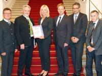 Das neue Förderprogramm für Abwassersanierung startet: Umweltministerin Scharf übergibt den bayernweit ersten Förderbescheid an die Gemeinde Niederschönenfeld.