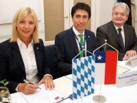 Umweltministerin Scharf unterzeichnet Abkommen zum Umweltschutz mit der Republik Chile.