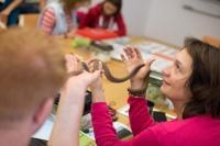 Gar nicht schleimig: Eine Eierschlange gleitet über die warmen Hände der Teilnehmerin  (Foto: Schuhböck, Melanie, ANL)