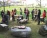 Bildunterschrift: Tagungsleiter Ulrich Dopheide mit den  Kursteilnehmerinnen beim Basteln mit Holunderästen
