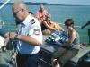 Polizeihauptkommissar Dippold nimmt Wasserproben.