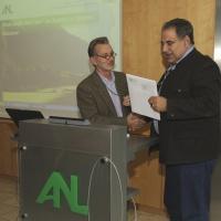 Von links: Dr. Hans Friedrich (IUCN) übergibt die Urkunde an Dr. Christoph Goppel (ANL), Foto: Netz