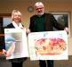 Diplom-Biologin Evelin Köstler von der ANL überreichte 50 kostenlose Exemplare an den Schulleiter Helmut Fürle (Grund- und Mittelschule Laufen). Foto: Erika Duncan (ANL)