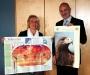Diplom-Biologin Evelin Köstler von der ANL überreichte 50 kostenlose Exemplare an den Schulleiter Dr. Alfred Kotter (Rottmayr-Gymnasium Laufen). Foto: Erika Duncan (ANL)