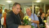 Dr. Goppel überreicht den Damen gelbe Rosen und zeigte sich so als formvollendeter Rosenkavalier.