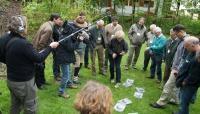 Sybille Wölfl (Netzwerk Große Beutegreifer) erklärt Spuren und Gang des Bären