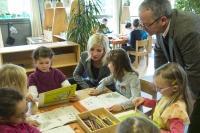Frau Staatsministerin Scharf ging am 27.03.2015, begleitet von den Kindern des Kindergartens St. Nikolaus in Oberding, mit dem gerade erschienenen Entdeckerbuch auf Entdeckungsreise durch die biologische Vielfalt Bayerns (Foto: Hermann Netz, ANL).