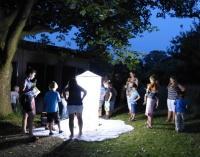 Der leuchtende Zylinder des Insektenkinos (Foto: Stefanie Heyder, ANL).