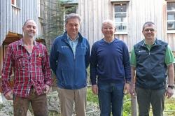 Gratulationen zu ihren runden Geburtstagen gab es für Fritz Kellermann (2.v.r.) und Otto Widera (l.) von Nationalparkleiter Dr. Franz Leibl (2.v.l.) und Personalratsvorsitzendem Hans Höcker (Foto: Annette Nigl / Nationalparkverwaltung Bayerischer Wald).