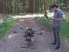 Rajan Paudyal vom Technologiecampus Freyung mit der Hightech-Drohne, die nach Fichten sucht, die mit dem Buchdrucker befallenen sind (Foto: Peter Hofmann /Nationalpark Bayerischer Wald).