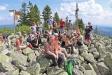 Am Lusengipfel traf die Gruppe auf Ranger Lothar Mies, der den Kommunikationsexperten aus ganz Deutschland die Umgebung des Gipfels erklärte. (Foto: Gregor Wolf/Nationalparkverwaltung Bayerischer Wald)