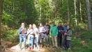 Mit Maßband und Notizblock machten sich die Zwieseler Gymnasiasten im Bereich Ludwigsthal daran, ein Waldstück einzumessen und die dort vorkommenden Pflanzenarten zu bestimmen und zu zählen (Foto: Stephan Eckl).