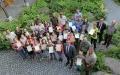 Glückwünsche und Zertifikate gab es für die frisch gebackenen Junior Ranger nicht nur von den Rangern, sondern auch von Reinhold Gaisbauer (hinten v.r.), Andreas Strohmeier, Mario Schmid (vorne rechts), Alexander Muthmann (vorne 3.v.r.) und Kristin Biebl (hinten 2.v.l.) (Foto: Annette Nigl/Nationalpark Bayerischer Wald).