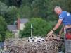 Nach wenigen Minuten konnte Markus Schmidberger, der mit der Grafenauer Drehleiter zum Nest hochgefahren wurde, die Beringung beendet. Währenddessen lag eine Decke über den Vögeln, um sie zu beruhigen. (Foto: Gregor Wolf/Nationalpark Bayerischer Wald)