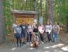 Bei ihrem Besuch im Nationalparkzentrum Lusen wurden die Schüler von Rangerin Christine Schopf (vorne) und Lehrerin Sabine Kölbl (rechts) begleitet (Foto: Teresa Schreib / Nationalparkverwaltung Bayerischer Wald).