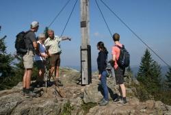 Besucherinformation auf dem Großen Rachel (1453 Meter): Ranger Lothar Mies (Mitte) erklärt, sein Kollege aus Berchtesgaden, Sepp Egger (links), hört zu. (Foto: Nationalpark Bayerischer Wald)