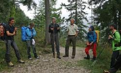 Unterwegs im Nationalpark Berchtesgaden: Diesmal begleitete Lothar Mies (3.v.r.) seinen Kollegen Sepp Egger (4.v.r.) bei  Führungen durchs Gelände. (Foto: Nationalpark Berchtesgaden)