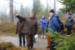 Die natürliche Waldentwicklung unterm Lusen, erklärt von Nationalpark-Ranger Roland Ertl, faszinierte die Teilnehmer der Pressereise. (Foto: Gregor Wolf/Nationalpark Bayerischer Wald)