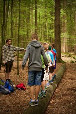Die Bildungsarbeit mit Kindern wie hier im Waldspielgelände bei Spiegelau gehört zu den Aufgabenschwerpunkten der Commerzbank-Umweltpraktikanten. (Foto: Irene Gianordoli/Nationalpark Bayerischer Wald)
