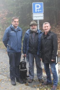 Bürgermeister Alfons Schinabeck (rechts), Nationalpark-Chef Franz Leibl (links) und Werner Kirchner, Leiter der Nationalparkdienststelle Neuschönau, informierten sich über die fast abgeschlossene Baumaßnahme am Parkplatz Waldhäuser-Ausblick. (Foto: Elke Ohland/Nationalpark Bayerischer Wald)