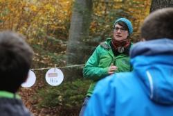 Münchner Studenten und Grafenauer Gymnasiasten beschäftigten sich jüngst im Nationalpark bei einem Seminar über Bildung für nachhaltige Entwicklung mit  Ressourcen wie Holz. (Foto: Gregor Wolf/Nationalpark Bayerischer Wald)