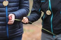 Die Schüler waren bei der Führung der Studierenden auch praktisch gefragt, so wurde mittels Stockpeilung samt Entfernungsmessung die Höhe und dadurch schließlich die CO2-Speicherfähigkeit von Bäumen bestimmt. (Foto: Gregor Wolf/Nationalpark Bayerischer Wald)