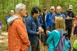 Bei zahlreichen Exkursionen – wie hier mit Dr. Claus Bässler – erfahren die Teilnehmer der Waldführer-Ausbildung viel über die Lebensräume des Nationalparks. (Foto: Thomas Michler/Nationalpark Bayerischer Wald)