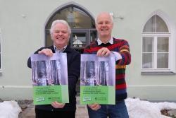 Halten die ersten Plakate für den Aktionstag in Händen: Projektbetreuer Hans Mühlbauer und Lukas Laux, Leiter der Nationalpark-Umweltbildung. (Foto: Gregor Wolf/Nationalpark Bayerischer Wald)