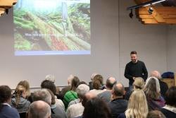 Walddynamik, Naturethik und Biodiversität sind ab sofort die neuen Fortbildungsschwerpunkte der Waldführer, wie Nationalpark-Mitarbeiter Thomas Michler erklärte. (Foto: Gregor Wolf/Nationalpark Bayerischer Wald)