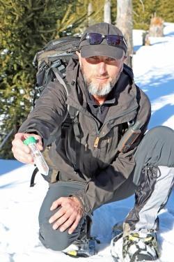 Mit Schneeschuhen zieht Josef Drexler durch den Nationalpark, um Hinterlassenschaften von Auerhühnern zu suchen. Die DNA der Proben wird später analysiert. (Foto: Gregor Wolf/Nationalpark Bayerischer Wald)